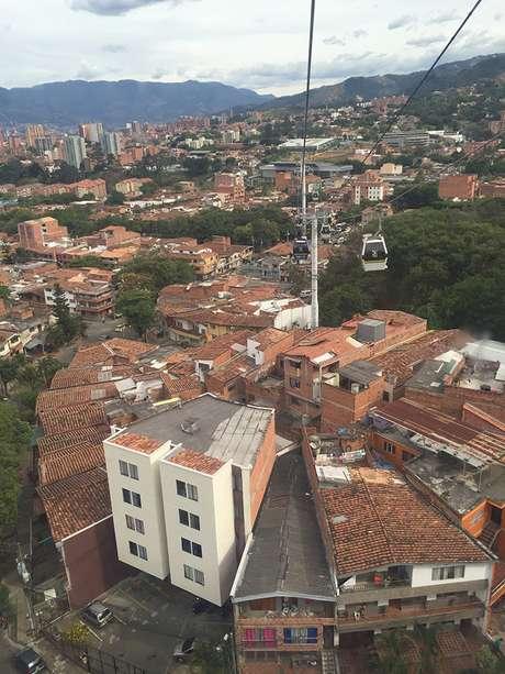 El funicular comunica los barrios pobres con el centro de Medellín.