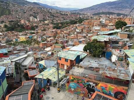 Los barrios pobres diseminados por varias colinas ahora están comunicados con el resto de la ciudad mediante escaleras mecánicas y funiculares.