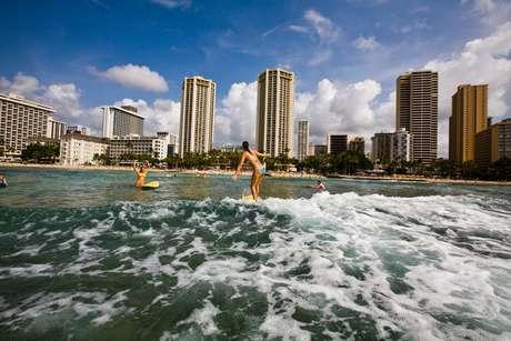 Imagen de una playa de Waikiki en la que se puede disfrutar de muchos deportes de agua.