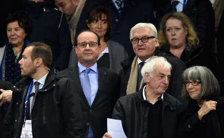 Presidente da França, François Hollande, ao lado de Frank-Walter Steinmeier, ministro de Relações Exteriores da Alemanha, durante amistoso