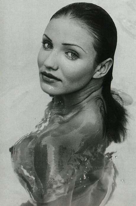 Nas imagens, a atriz aparece em poses sensuais dentro de uma piscina