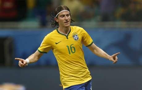 Filipe Luís aproveitou rebote do goleiro e marcou o terceiro gol do Brasil