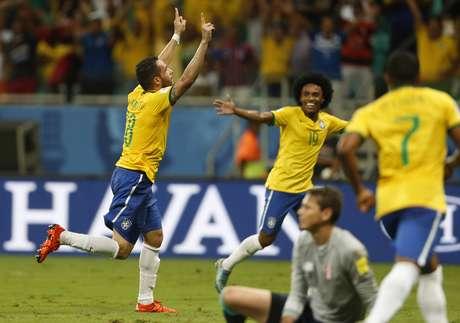 Titular em lugar de Lucas Lima, Renato Augusto fez o segundo gol do Brasil