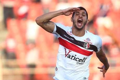 Bruno Moraes comemora segundo gol do Santa Cruz