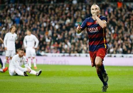Iniesta fez um golaço e recebeu aplausos de torcedores do Real ao sair de campo