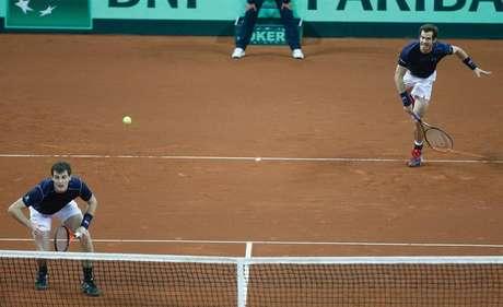 O britânico Andy Murray (direita) serve o irmão Jamie Murray durante partida de duplas do terceiro jogo da final da Copa Davis entre a Bélgica e a Grã-Bretanha