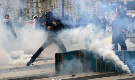 Activistas se enfrentan con policías durante una protesta previa a la Conferencia Climática de París 2015 en París el domingo 29 de noviembre de 2015. Más de 140 líderes mundiales se reunieron para las cruciales pláticas climáticas que comienzan el lunes y los activistas han realizado marchas y protestas en todo el mundo para pedirles que lleguen a un acuerdo sólido para frenar el calentamiento global.