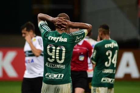 Alecsandro lamenta chance perdida e derrota do Palmeiras em casa diante do Coritiba