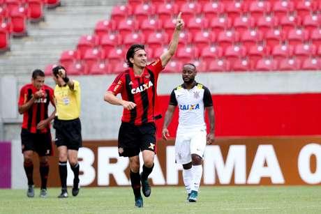 Zagueiro Matheus Ferraz abriu o placar na Arena Pernambuco