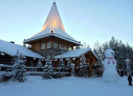 Un niño contempla un gran muñeco de nueve en Santa Claus Village, unos 8 kilómetros al norte de Rovaniemi, Finlandia, 15 de diciembre de 2015. La mayoría de los chicos aprenden que Santa Claus viene del Polo Norte, pero a los niños escandinavos se les enseña otra cosa. Empresas en Finlandiaa, Suecia y Noruega compiten por el negocio que significa ser su país de origen.