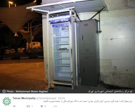 Uma das geladeiras deixadas nas ruas de Teerã com comida para os sem-teto