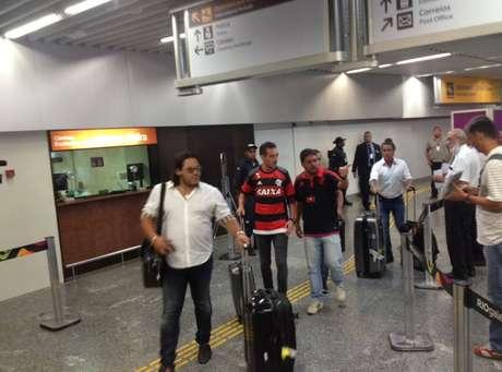Mancuello desembarca em aeroporto no Rio de Janeiro com a camisa do novo clube, o Flamengo
