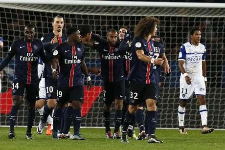 Jogadores do Paris Saint-Germain comemoram gol de Thiago Silva