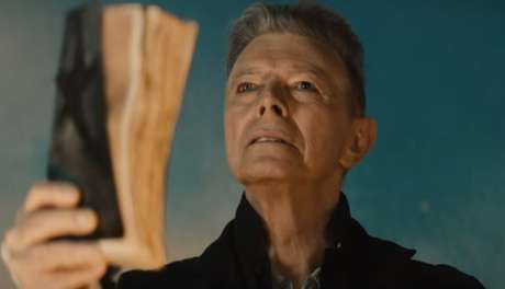 "Cena do clipe de ""Blackstar"", música do último CD de Bowie."