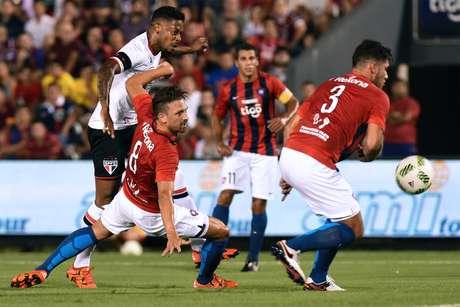 Tricolor já mostra evolução em quesitos cobrados por Edgardo Bauza e, com belo gol do volante Thiago Mendes, conquistou vitória sem sustos no Defensores del Chaco