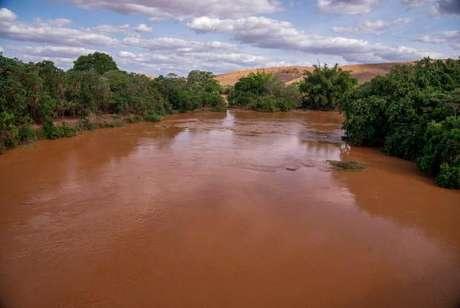 Passagem da lama pelo Rio Doce após o rompimento de duas barragens em Mariana, Minas Gerais