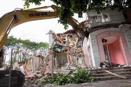 Vista geral da demolição da mansão do narcotraficante colombiano Pablo Escobar