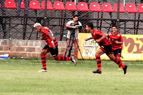 Marcelinho Paraíba (E), jogador do Oeste, comemora seu gol durante partida contra a Ponte Preta, válida pela primeira rodada da primeira fase do Campeonato Paulista 2016.