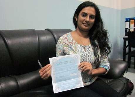 Viswani Pasadi mostra o certificado de doadora do Banco Nacional de Olhos (Foto: BBC)