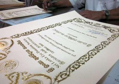Certificados entregues pela Socidade de Doação de Olhos aludem a ensinamento budista (Foto: BBC)