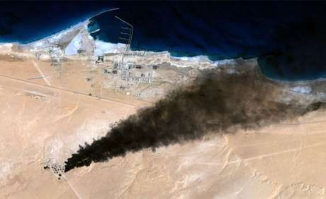 EI fez ataques a depósitos de petróleo perto de Ras Lanuf, cidade vizinha a Sirte (Foto: Landsat)
