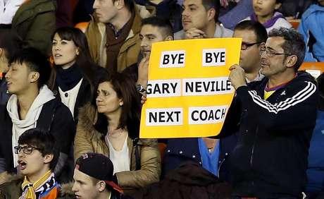 Torcida do Valencia já dá adeus ao técnico Gary Neville
