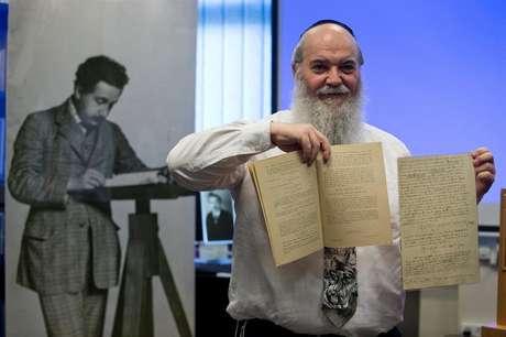 Chefe do arquivo da Universidade de Jerusalém mostra os manuscritos originais de Einstein sobre as ondas gravitacionais.