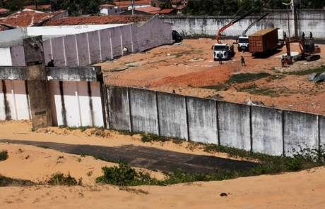 Contêineres formam o muro provisório em Alcaçuz