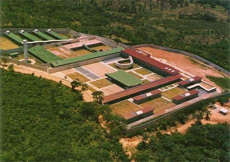 Detentos fogem de presídio onde ex-goleiro Bruno é segurança