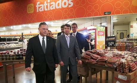 Ministro da Agricultura, Blairo Maggi, acompanha em supermercado fiscalização de produtos feitos de carnes