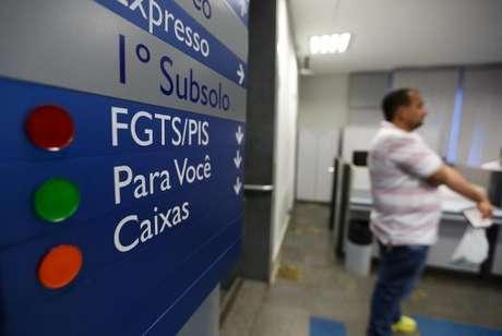 Agências da Caixa abrem mais cedo para saque do FGTS
