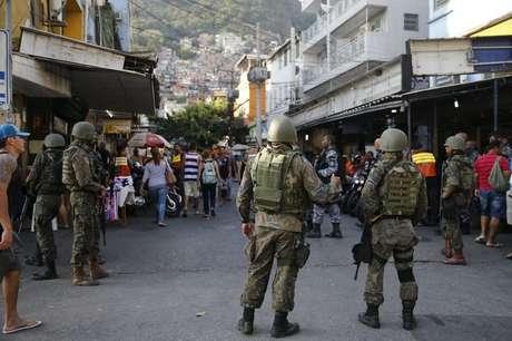 O coronel Luiz Henrique Marinho Pires, da PM, explicou que, com a desmobilização das Forças Armadas na Rocinha, foram feitos 15 pontos de cerco e 14 de contenção na favela.