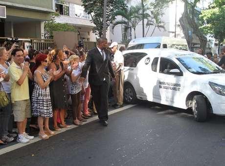 Corpo do ator José Wilker deixa teatro Ipanema e segue para o Memorial do Carmo, onde acontece a cerimônia de cremação Foto: Marcello Sá Barretto / AgNews