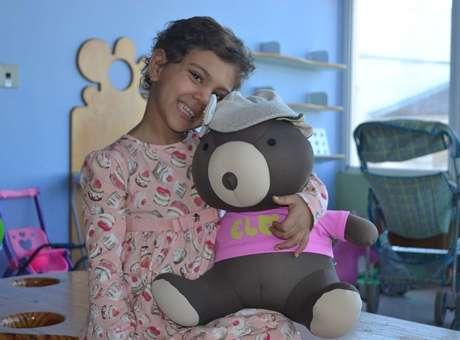 """A pequena Maria Eduarda Calobrizi, chamada de Duda pelos amigos do hospital, batizou o ursinho Elo de """"Juliana"""" Foto: Talita Zaparolli / Especial para Terra"""