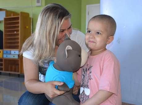 A mãe de Theo, Sabrina Vômero Teixeira Manzini, foi até a escola onde o filho estuda para gravar as mensagens dos amigos Foto: Talita Zaparolli / Especial para Terra