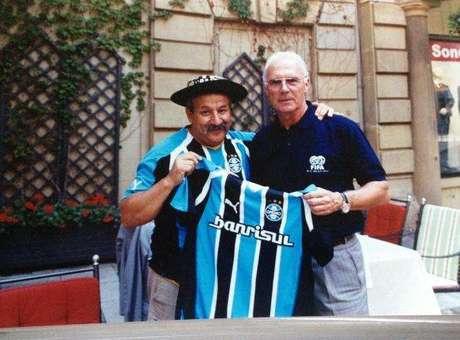 Gaúcho da Copa posa ao lado do alemão Franz Beckenbauer Foto: Arquivo Pessoal
