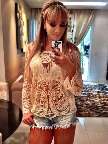 Juju Salimeni apostou na renda neste sábado (23); ela fez uma foto no espelho em que aparece usandouma blusa transparente, branca, que foi coordenada com shorts jeans curtinho e desfiado