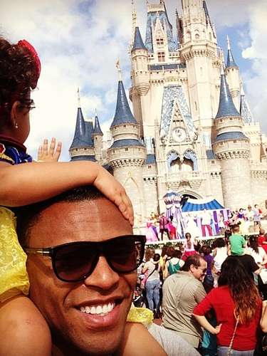 Júlio Baptista passeia pelo parque Magic Kingdom, da Disney World
