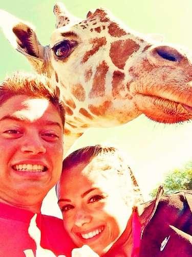 Flamenguista Adryan posa para foto com girafa na Flórida