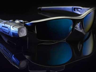 Departamentos da polícia nos EUA usam óculos com câmeras como estes  Foto: CNN