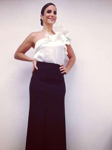 Antes de se apresentar em Porto Alegre na noite desta sexta-feira (27), Ivete Sangalo publicou uma foto do seu look no Instagram. Saia longa preta combinada com blusade um ombro só com babado foram as escolhas da cantora. Para completar, cabelo preso e brincos de argola. \