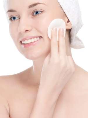 Causadas principalmente pela exposição excessiva aos raios solares, as manchinhas podem ser atenuadas com máscara caseira à base de leite de magnésia e clara de ovo  Foto: Shutterstock