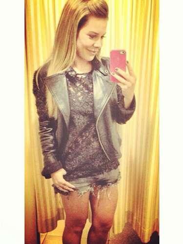 Neste domingo (29), Fernanda Souza publicou foto no Instagram usando microshort desfiado, blusa preta bordada e jaqueta de couro com aplicações. \