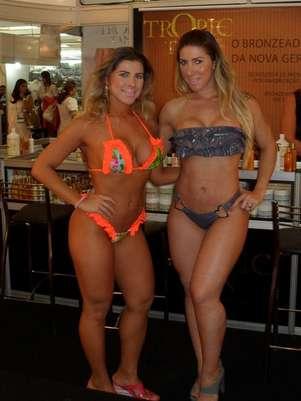 Ana Paula e Tatiane Minerato foram as representantes de uma marca de bronzeamento Foto: Franklin Lopes/AgNews