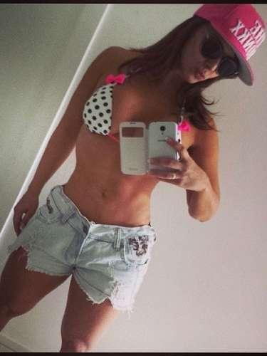 Para enfrentar o calor deste sábado (16), Viviane Araújo resolveu ir à praia. Antes de sair, ela publicou foto do look no Instagram. Biquíni branco com estampa de bolinha e lacinho, shorts jeans desfiado, óculos de sol levemente arredondado, modelo 'gatinha', e boné pink para completar o visual.\