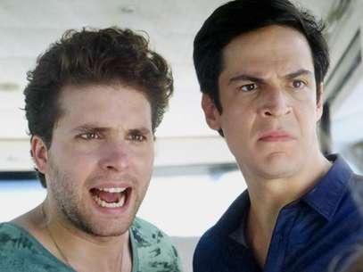 Thiago Fragoso e Mateus Solano protagonizaram o primeiro beijo gay em novelas da Globo Foto: Divulgação