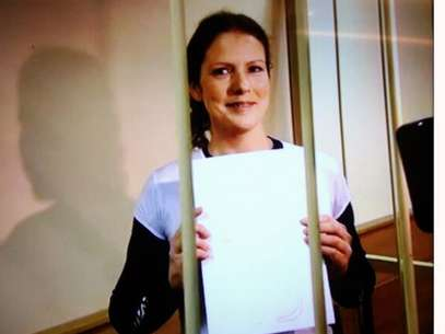 Brasileira sorrindo após audiência de detenção realizada em São Petersburgo Foto: Reprodução