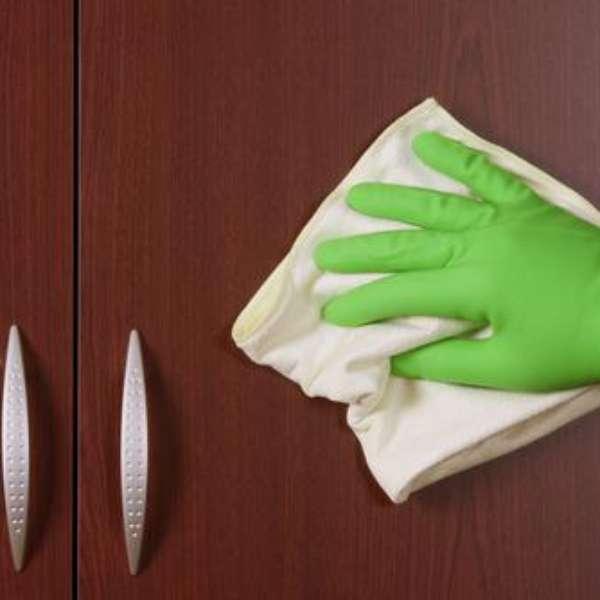 Evite mau cheiro nas roupas se livrando do mofo nos armários -> Armario Banheiro Mofo
