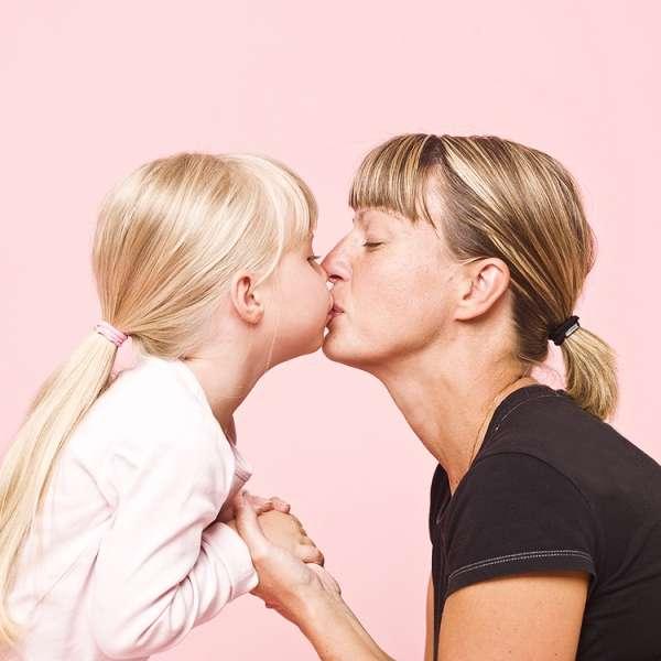 мать и дочь страстно целуются фото