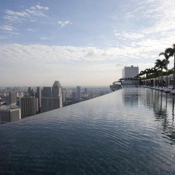 Nadando en el cielo impresionantes piscinas en altura for Piscinas en altura